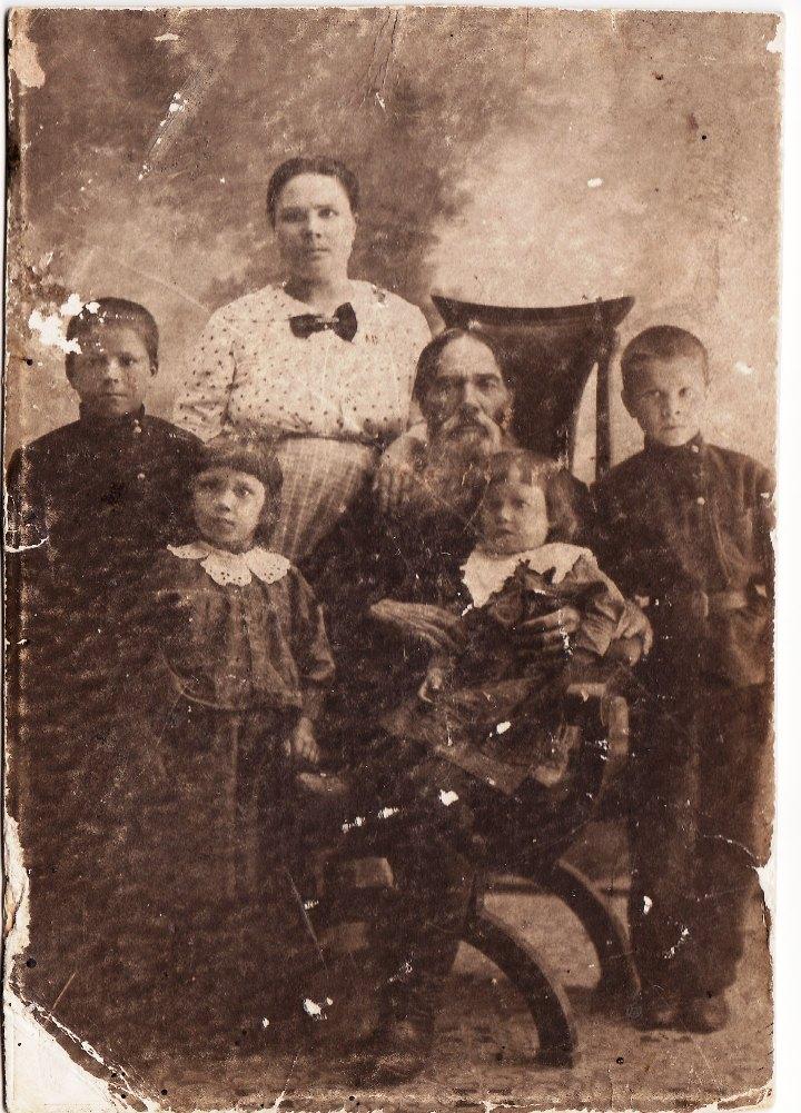 1916 г. Петр и Татьяна Демичевы с сыновьями Колей и Васей и дочерьми Зоей и Зиной.